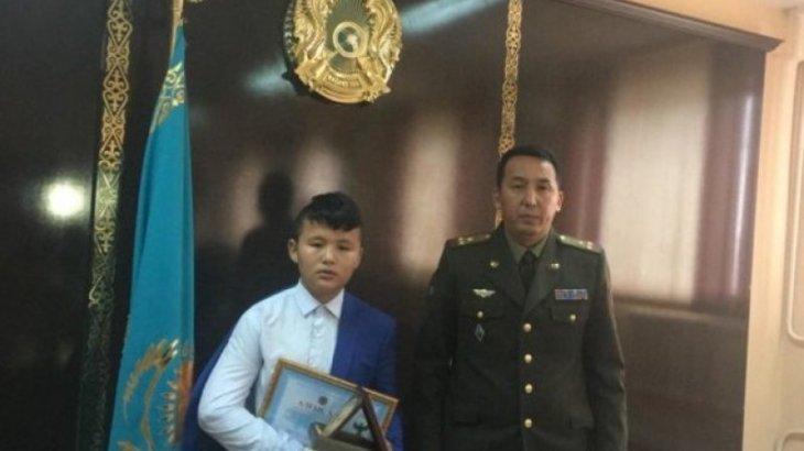 В Шымкенте наградили подростка, спасшего двух малышей из огня