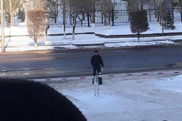 «Жарып жіберемін»: Астанадағы Қонаев көшесінде ер адам қолына газ баллонын ұстап тұр (ВИДЕО)