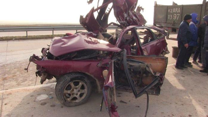 Жуткая авария в Туркестанской области: погибли водитель и пассажир легковушки