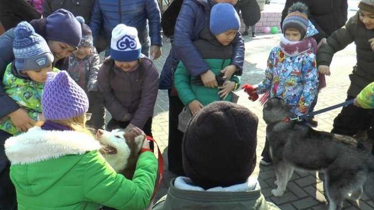 Особенных детей в Алматы лечат при помощи общения с собаками