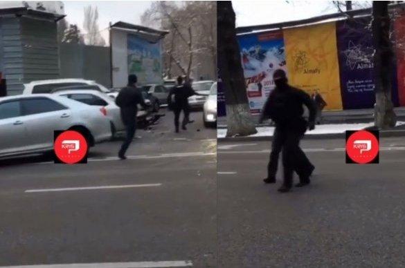 Алматыда полиция қызметкері пышақталды (ВИДЕО)