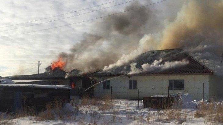 Пожар в частном доме перекинулся на соседнее здание в Костанае