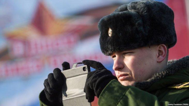 Путин әскерилерге смартфон қолдануға тыйым салды