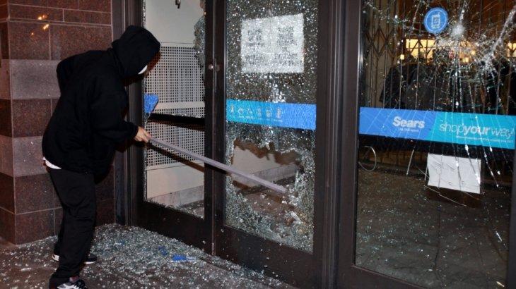 10-классник разбил витрину надземки в Алматы