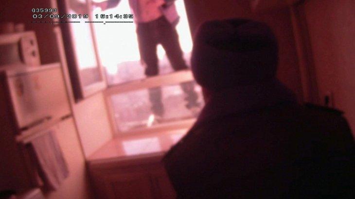 Около часа полицейский в Усть-Каменогорске уговаривал мужчину не прыгать из окна многоэтажки