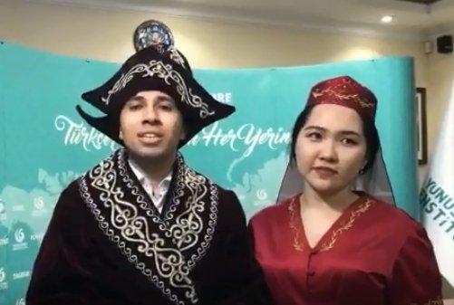 Астанадағы түрік оқытушысы ұлттық шапанмен қазақ тілінде көпшілікті наурыз мерекесімен құттықтады (ВИДЕО)