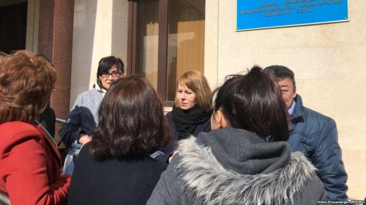Судья өзіне қарсы шыққан журналисті сот залынан шығарып жіберді