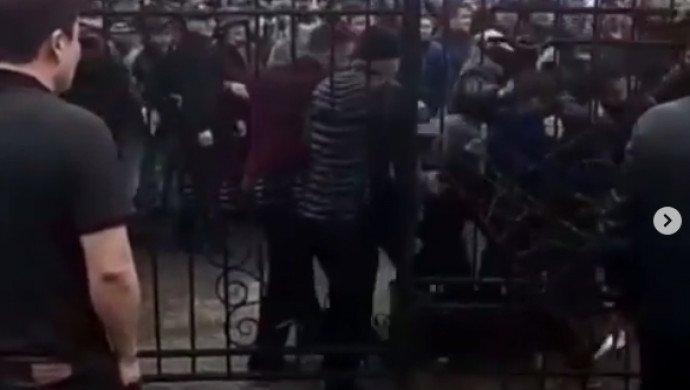 Алматыдағы базарлардың бірінде аяқ киім сатушылары жаппай төбелесті