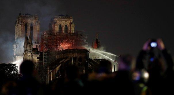 Париж Құдай ана шіркеуіндегі өрт сөндірілді