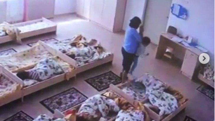 «Тәрбиешінің қолданатын өзіндік әдісі бар»: ұйықтамайтын балаларды ұрып-соққан тәрбиеші видеоға түсіп қалған (ВИДЕО)