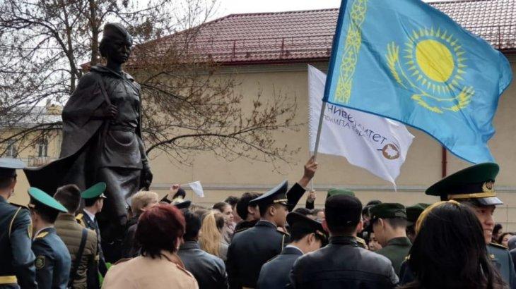 Жеңіс күні қарсаңында Санкт-Петерборда Әлия Молдағұлованың ескерткіші ашылды