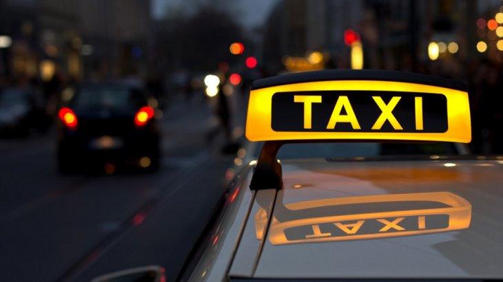 Семейде такси жүргізушісі жол ақысын төлемеген жолаушының телефонын тартып алды
