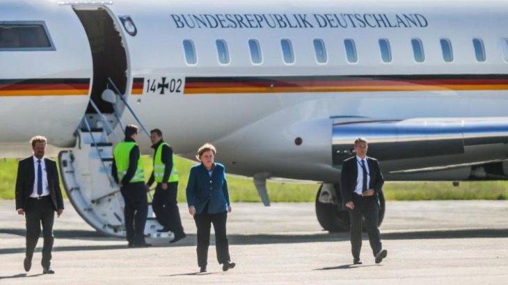 Ангела Меркельдің ұшағы автокөлікпен соқтығысты