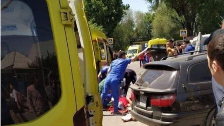 Ауыр жараланды: Алматыда манипулятор құлап 3 әйелді басып қалды