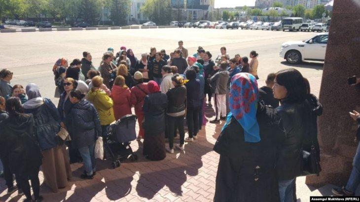 Нұр-Сұлтанда наразы аналар Назарбаев пен Тоқаев қатысатын форум өтіп жатқан ғимаратқа келді