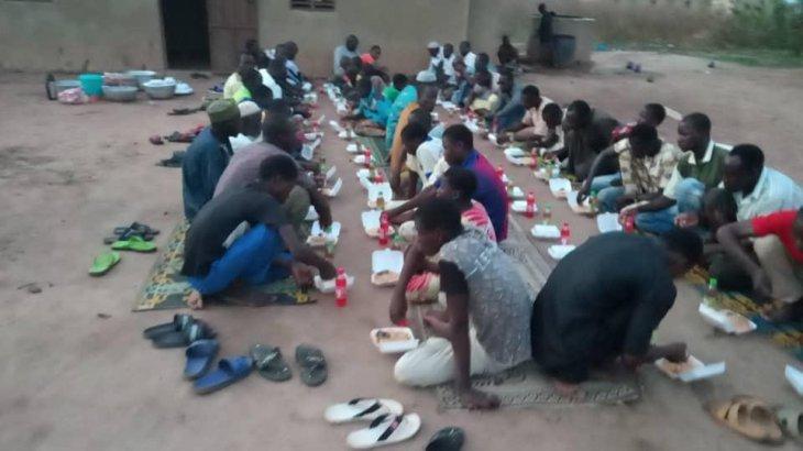 Қазақстандық жастар Африкадағы 250 адамға ауызашар асын берді (ВИДЕО)
