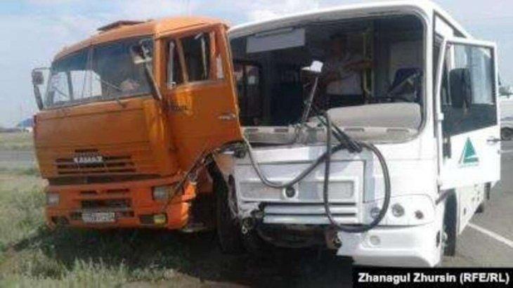 Бір адам қаза тапты: Ақтөбеде автобус пен КамАЗ соқтығысты