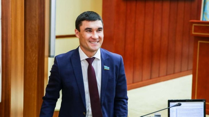 «Шаң басып жатқанын қаламадым»: Серік Сәпиев наградаларын елорда мұрағатына тапсырды