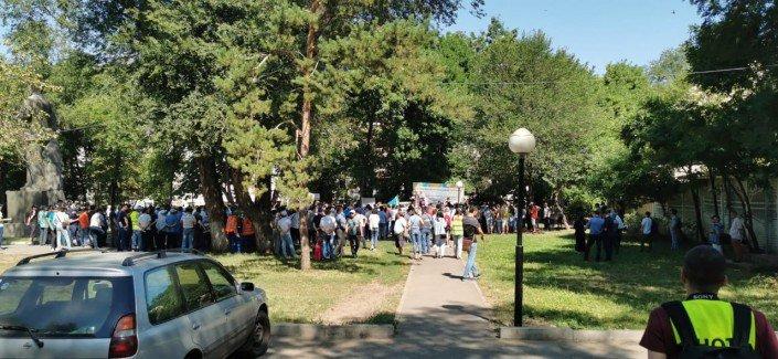 Алматыда 200-ге жуық адам митингіге шықты