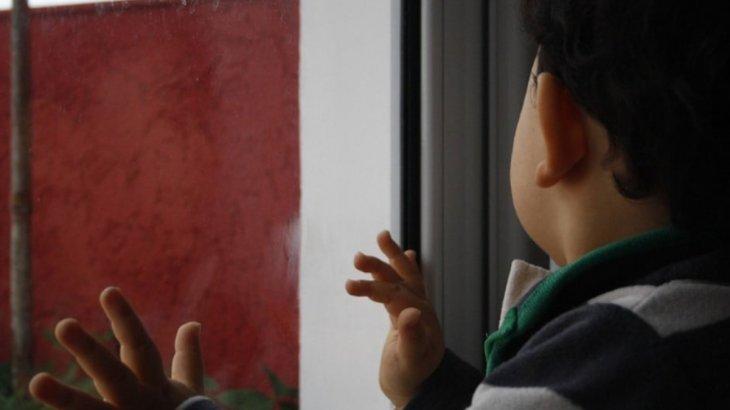 «Әкесі мас болған»: Қарағандыда 3 жасар бала терезеден құлап кетті