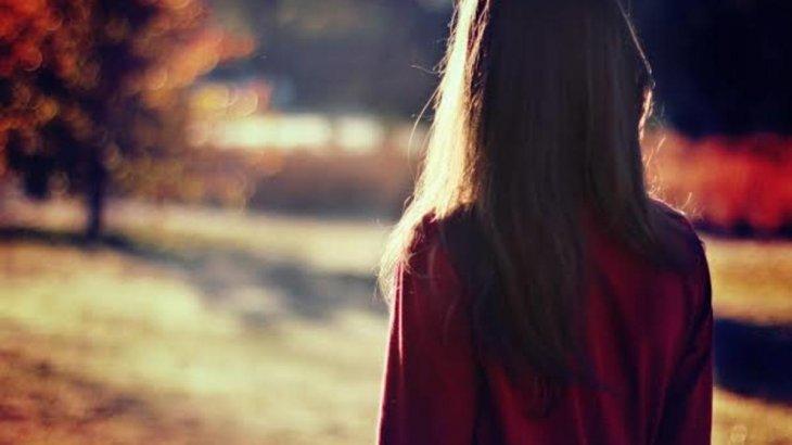 «Қолын сала береді»: жігітінің интимді әрекеттерінен шаршаған 18 жастағы бойжеткен оны тастап кеткен