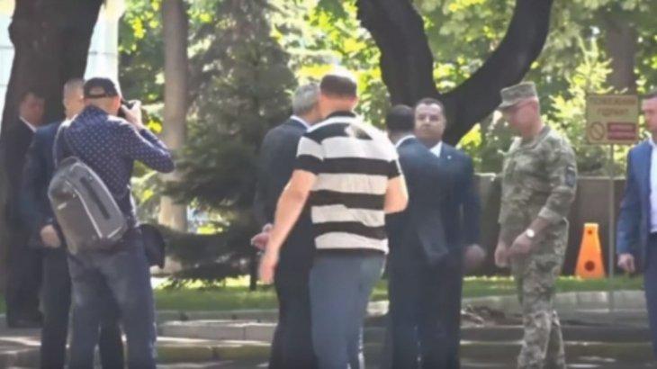 Владимир Зеленский министрдің кеудесінен итеріп жіберді