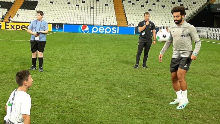 Қазақстандық оқушы әйгілі футболшы Мохамед Салахпен доп ойнады