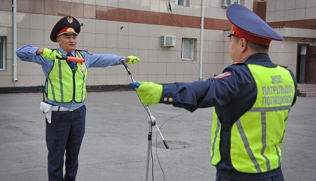 508 жезл бар: павлодарлық полицейлер қоймада шаң басқан «қызыл таяқтарын» қолға ала бастады