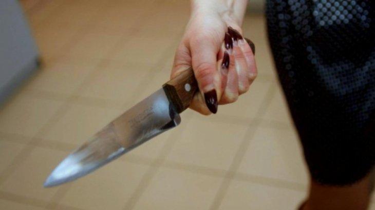 Көкшетауда 21 жастағы бойжеткен өзімен танысқысы келген 2 жігітті пышақтап тастады
