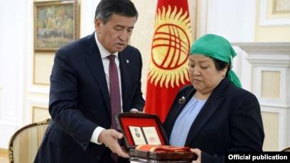 Атамбаевты ұстау кезінде қаза тапқан әскеридің отбасына медаль табысталды