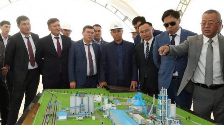 «Мың сөзге 40 мың теңге»: Қызылордада зауыт басшысы жұмысшыларды қытай тілін үйренуге үгіттеп жүр