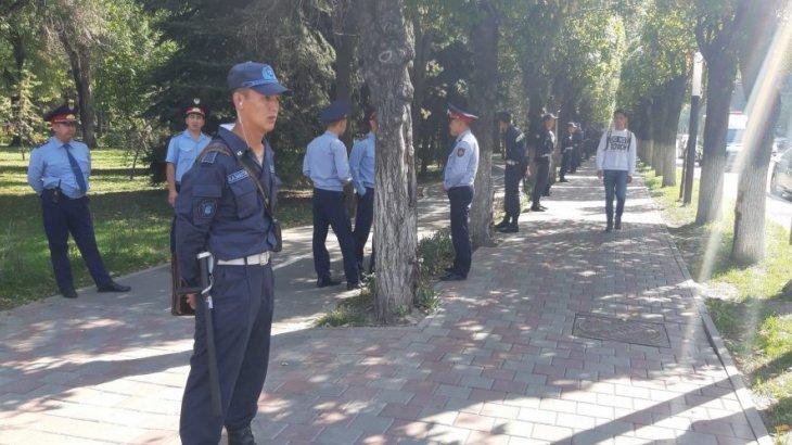 Алматыдағы «Астана» алаңында полицейлер өріп жүр