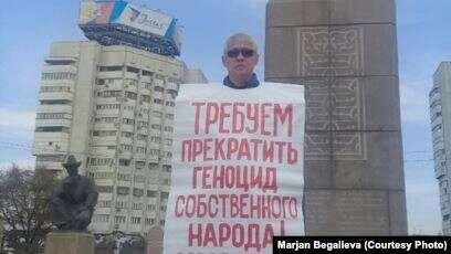 Алматыда Республика алаңында қоғам белсендісі «саяси тұтқындарды» босатуды талап етті