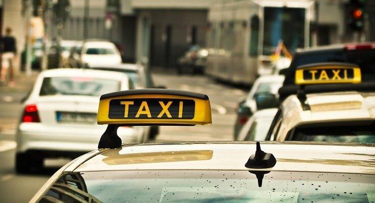 Бетперде киген таксист жолаушыны «дымсыз» қалдырды