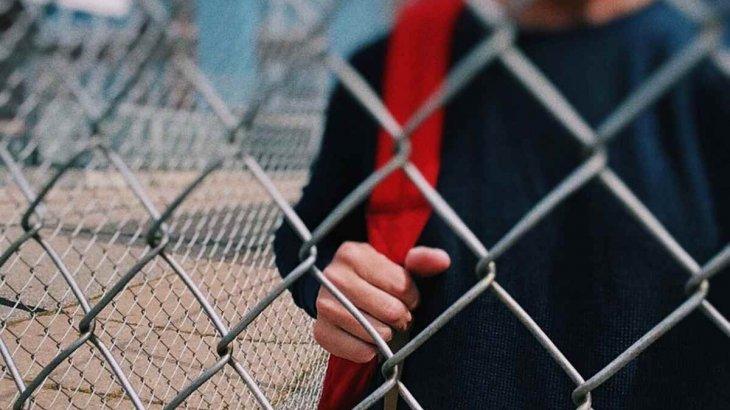 Мұғалімін құшақтаған 12 жастағы оқушы оқудан 10 күнге шеттетілді