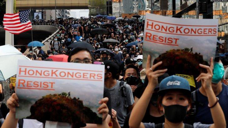 Гонконгте жаппай шеруге шыққандарға полиция көзден жас ағызатын газ қолданды