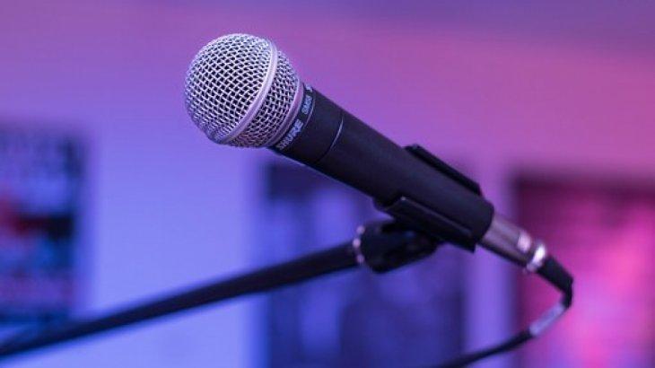 Павлодарда ер адам мейрамханалардың бірінен микрофон ұрлап кеткен