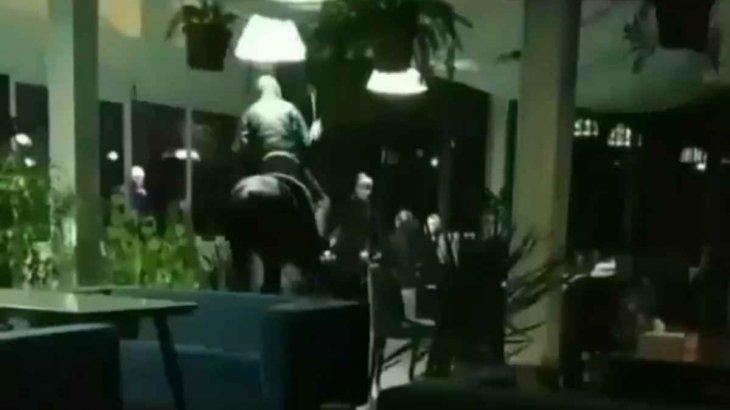 Атқа мінген ер адам дәмханаға кіріп кетті (ВИДЕО)