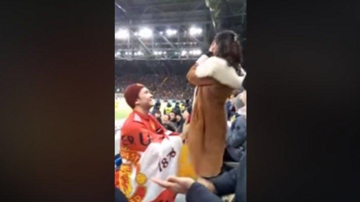 «Астана»-«МЮ» жарысында стадиондағы жанкүйер сүйіктісіне тізерлеп тұрып ұсыныс жасады (ВИДЕО)