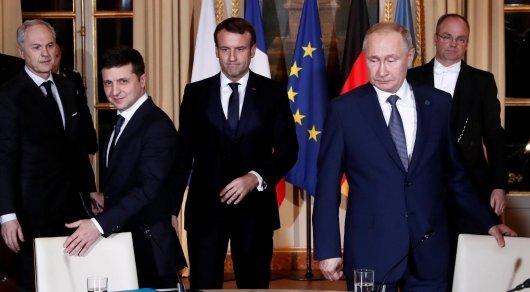 Жартылай жалаңаш әйелдер Путин мен Зеленскийдің кездесуінің алдында айқайға басты (ВИДЕО)