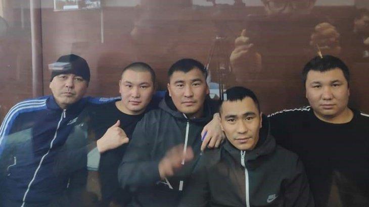 «Жарайды, бәріне көнеміз»: қытайлармен төбелескен қызылағаштық 5 азаматтың соттағы видеосы шықты