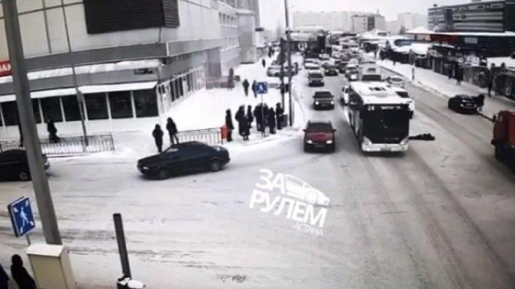 Нұр Сұлтанда мас адам автобус астына түсіп қалды (ВИДЕО 18+)