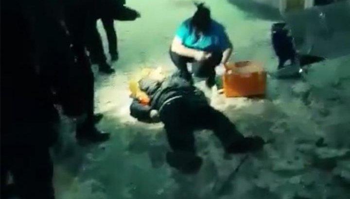 Алматы вокзалындағы апатты жағдай: ер адамның үстіне бетон құлады