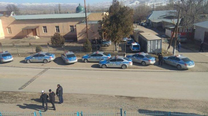 «Дүңгендер мылтық атып жатыр!»: полиция Жамбыл облысындағы қақтығыс аймағын бақылауда (ВИДЕО)