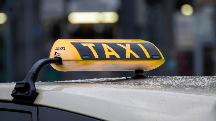 Түркістанда таксиге мінген 2 жолаушы жүргізушінің бетіне шанышқы тығып алды