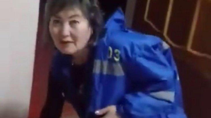 «Тұрыңдар-ей, врачтар!»: Қазығұрт тұрғыны шақыртуға келмеген дәрігерлерді өзі барып оятты (ВИДЕО)