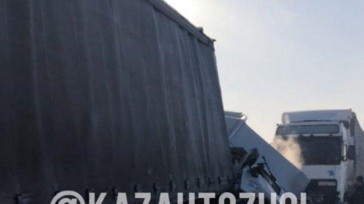 Нұр-Сұлтан-Теміртау тас жолында 2 жүк көлік жеңіл көлікті қысып тастады (ВИДЕО)