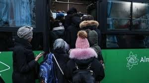 Автобус жүргізушісі көлікке мініп жатқан адамдарға қарамастан жүріп кетті