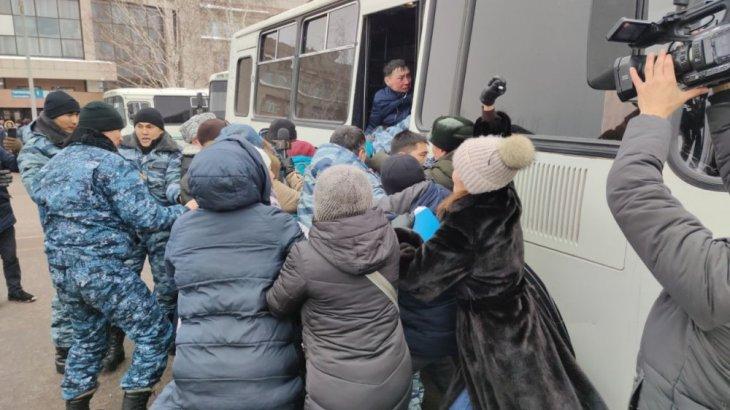 Дулат Ағаділдің жерлеу рәсіміне қатысқан 7 белсендіні полиция ұстап әкетті (ВИДЕО)