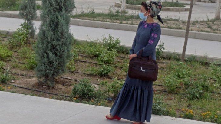 Полицейлер Ашхабад тұрғынын коронавирусқа қарсы маска таққаны үшін ұстап алды